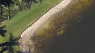 Lo que parece ser un auto plateado sumergido en el estanque todavía se puede ver en Google Maps