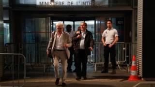 Michel Platini serbest bırakılmasının ardından Çarşamba gününün erken saatlerinde avukatıyla beraber yolsuzlukla mücadele şubesinden ayrıldı