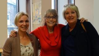 Margot Kidder, neu Lois Lane (canol) gyda'r Cynorthwyydd Llyfrgell Helen Jones (chwith) a'r Llyfrgellydd Cangen Susan Jones.