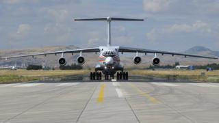 S-400 parçaları taşıyan 7. Rus uçağı da Pazar öğle saatlerinde Ankara yakınlarında yer alan Mürted Hava Meydanı'na indi.