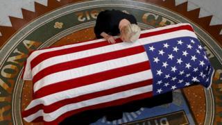 Cindy McCain besa el ataúd de su esposo en Arizona.