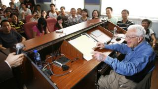 Murray Gell-Mann con estudiantes en la universidad china de Huazhong