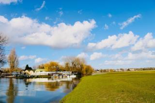 Blue skies along the river at Wolvercote