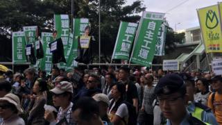 В демонстрации протеста принимают участие около 2000 человек