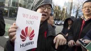 ایک چینی خاتون ہواوے کے حق میں احتجاج کر رہی ہیں