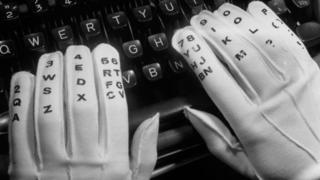 Пальці на клавіатурі