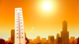 Termómetro en una ciudad durante una ola de calor