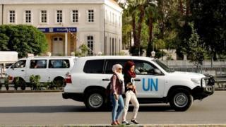 Şam'da OPCW denetçilerini taşıyan bir BM aracı