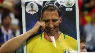 Un aficionado llorando.