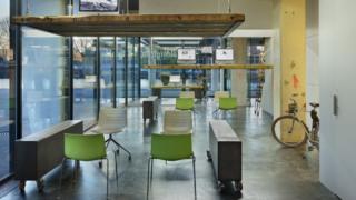 Todos los días a las 6 de la tarde las mesas de esta oficina se elevan hacia el techo. Es hora de irse a casa.