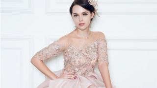 Модель в платье цвета розового золота