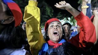 Seguidora de Maduro celebra el resultado de la elección en Caracas.
