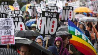 Londra'da düzenlenen savaş karşıtı gösterilerden bir kare.