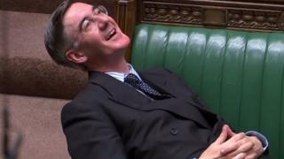 Jacob Rees-Mogg eleştirilere kahkaha atarak karşılık verdi.