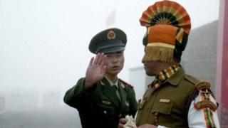 ભારતીય ચીન સરહદ વ્યાપાર માટે નથુ લા બિઝનેસ ચેનલ પર તૈનાત ભારતીય અને ચીની સૈનિકો