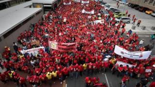 Au moins 10 000 personnes sont descendues dans les rues des grandes villes.