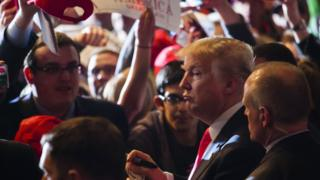 Umukandida mu matora ya perezida, Donald Trump arasuhuza ikivunge nyuma yo kugeza ijambo ku bamushyigikiye