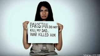 Gurmehar holding a message board against war