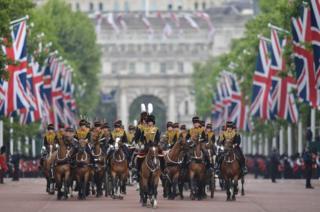 Члени Загону її величності королівської кінної артилерії прямують до Букінгемського палацу