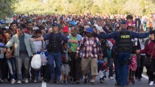 Refugiados e migrantes cruzando fronteiras