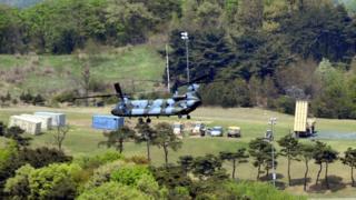 韓国南東部・星州郡のゴルフ場跡地にミサイル防衛システムの設備が搬入された(26日)