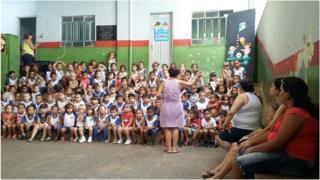 Crianças em escola de Caratinga, MG