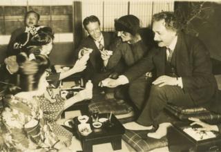 Einstein junto a su esposa en una ceremonia del té