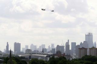 """特朗普乘坐的""""海军陆战队一号""""直升机(右)在伦敦上空盘旋。"""