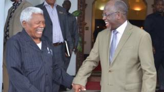 Aliyekuwa rais wa zamani wa Tanzania Ali Hassan Mwinyi na rais mpya wa taifa hilo Magufuli