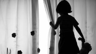 Criança na sombra de costas