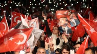هواداران اکرم امام اغلو پس از اعلام تصمیم تازه تجمع کردند