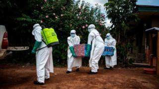 Des agents de santé évacue le corps d'un patient porteur du virus Ebola non confirmé à Mangina, dans la province du Nord-Kivu en 2018.