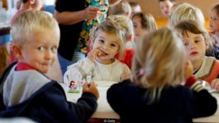 जब डेनमार्क में मुस्लिम बच्चों को सुअर का गोश्त खाने को कहा गया