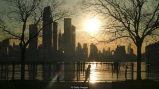 Homem correndo ao nascer do sol