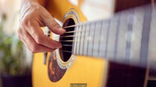 Các nhà phát minh đã cố gắng khuếch đại âm thanh của guitar gỗ, với sự thành công khác nhau