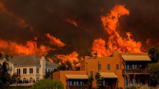 Огонь пожара Вулси приближается к домам в Малибу. Защитная зона могла бы помочь, утверждают эксперты