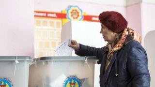 Жінка голосує