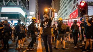香港九龍旺角「反送中」示威者阻塞彌敦道(17/8/2019)