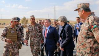 الملك عبدالله يتفقد التدريبات العسكرية قرب الحدود مع سوريا بصحبة تيريزا ماي