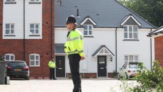 Policial em Amesbury, onde foi registrado novo caso de envenameno na Inglaterra