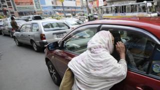 ঢাকার রাস্তায় ভিক্ষা করছেন একজন বয়স্ক নারী