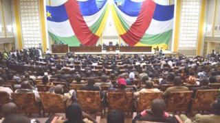 17 députés se sont succédés à la tribune pour poser des questions au chef du Gouvernement.
