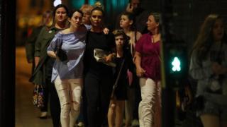 ตำรวจคุ้มกันประชาชนจากแมนเชสเตอร์อารีนา หลังเกิดเหตุระเบิดที่คอนเสิร์ตของ อะรีอานา กรานเด
