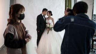 Um casal posa para fotos de casamento no estúdio de fotografia de casamento Pushi 15 de abril de 2020 em Wuhan