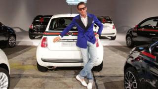 Lapo Elkann em frente a um carro da Fiat