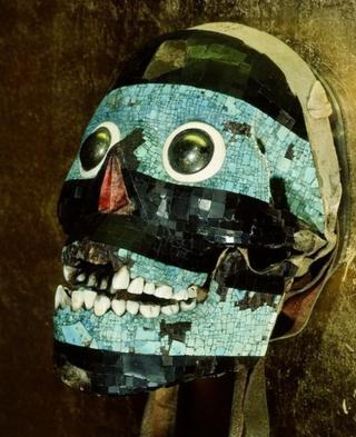 Máscara representando Tezcatlipoca, o 'espelho fumegante', feita com turquesas e pedrarias sobre crânio humano