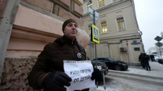 Принятие закона в 2012 году вызвало протесты - как, впрочем, и одобрение со стороны многих граждан