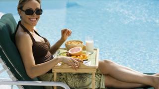 Завтрак на краю бассейна