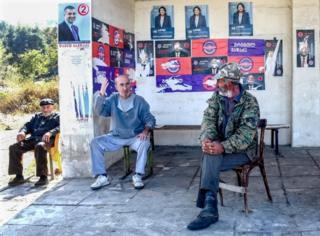 Жители Грузии на автобусной остановке