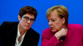 Аннегрет Крамп-Карренбауэр (слева) считается фавориткой Ангелы Меркель